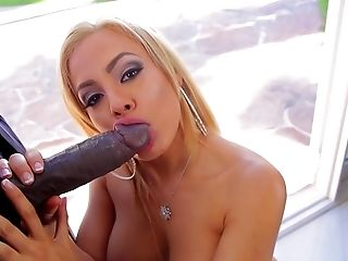 Großer Schwarzer Schwanz, Großer Schwanz, Große Titten, Blond, Blowjob, Couch, Sperma In Den Mund, Cumshot, Doggystyle, Faketitten,